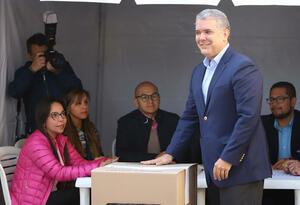 Iván Duque votando en elecciones regionales 2019