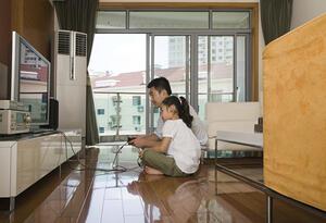 Un padre y su hija jugando videojuegos - Juegos de video