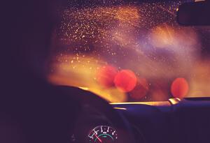 Conductor bajo la lluvia