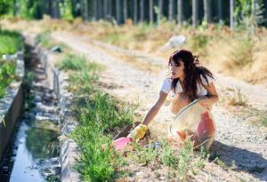 Mujer de viaje de turismo, en labores de voluntariado
