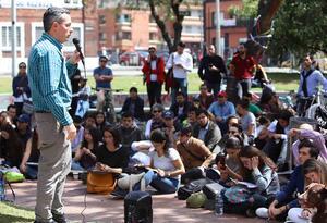 Clase a la calle / Estudiantes en el parque de los Hippies