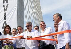Iván Duque y Germán Vargas Lleras en la inauguración del puente Pumarejo