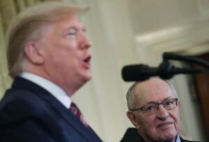 Donald Trump y su abogado Alan Dershowitz
