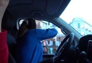 Youtubers lanzan comida en barrios humildes