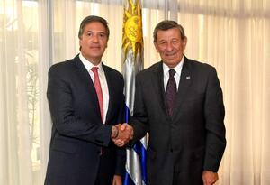 Fernando Sanclemente Alzate saluda al ministro de Relaciones Exteriores del Uruguay, Rodolfo Nin Novoa.