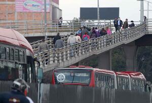 El puente peatonal de San Mateo estuvo muy concurrido de personas.