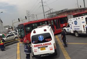 Choque de ambulancia con bus de Transmilenio