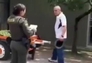 Vendedor ambulante que fue sancionado en Medellín.