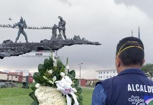 Diferentes autoridades del municipio asistieron al homenaje en honor a los médicos fallecidos.