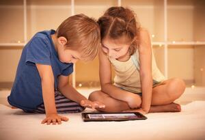 Niños colegios en educación virtual