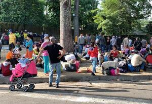 Diariamente llegan cientos de migrantes venezolanos al Parque del Agua en busca de ser trasladados a la frontera.