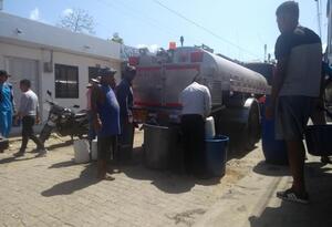 Con carrotanques abastecen de agua a la población en Arboletes