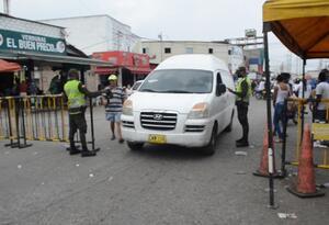 Se han establecido cierres viales para controlar el acceso a la central de abastos de la ciudad.