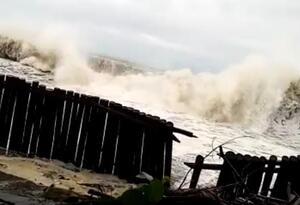 Olas derriban muro de contención en playas de Buenaventura