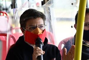 División con láminas en buses del Sitp / Claudia López