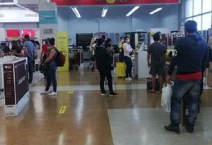 En grandes tiendas se han presentado aglomeraciones.