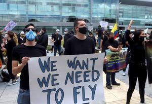 Protesta de trabajadores del sector aéreo, turístico y hotelero, frente a El Dorado.