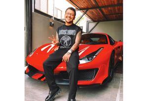 Christian Nodal junto a su Ferrari