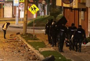Una mujer observa el lugar donde murió uno de los manifestantes frente al CAI de Verbenal.