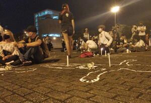 Performance para rechazar las masacres en el país.