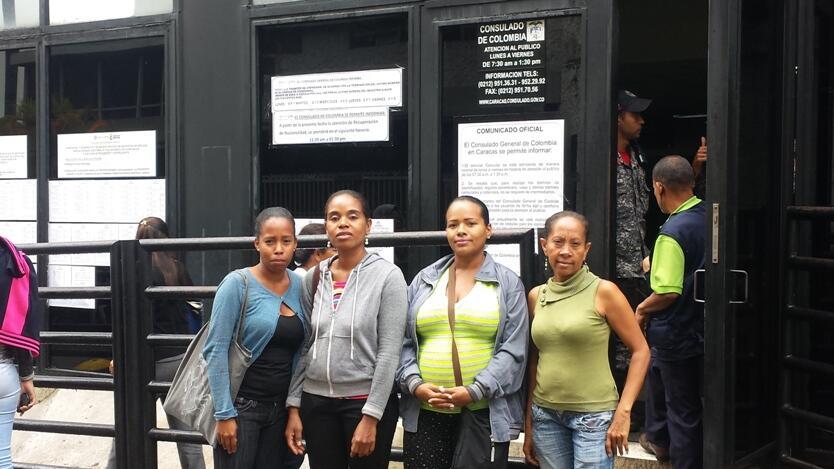 Un grupo de esposas de colombianos detenidos.