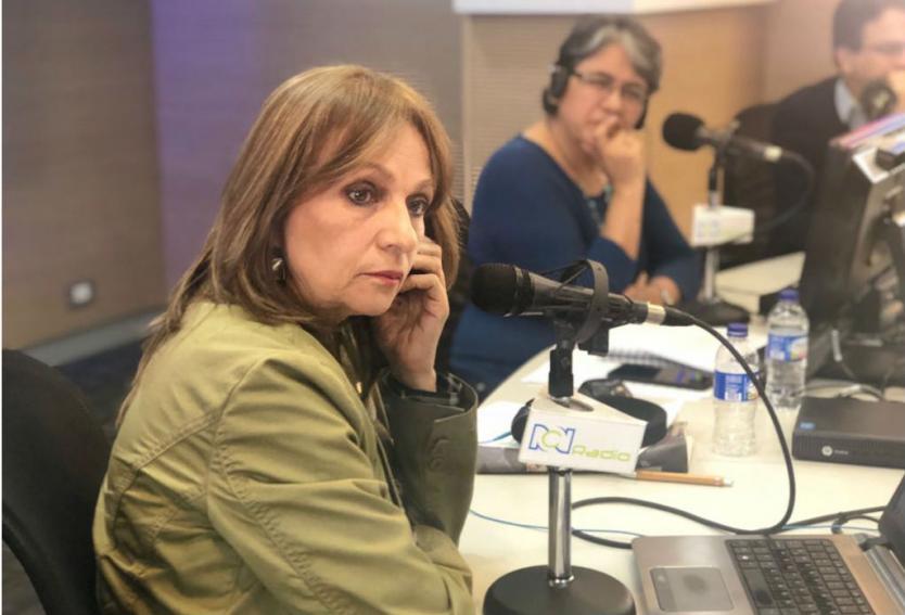 Ángela María Robledo en la cabina de RCN Radio.