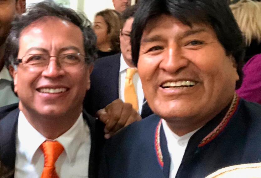 Gustavo Petro, senador, junto a Evo Morales, presidente de Bolivia, en el acto de posesión, en Bogotá, de Iván Duque como presidente de Colombia