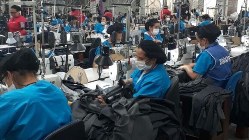 Mujeres trabajando en la industria textil