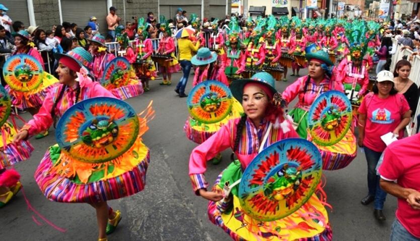 Hombres y mujeres cantan y danzan en un homenaje a la Pacha Mama