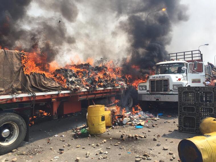 Camiones con ayuda humanitaria incinerados en Venezuela