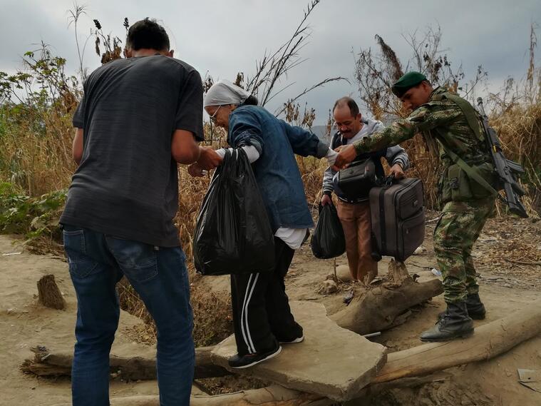 Venezolanos cruzando las trochas ilegales ante el cierre de la frontera