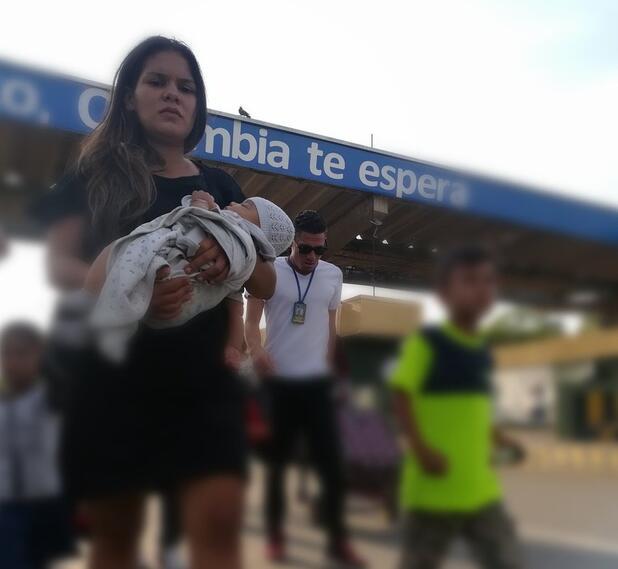 Madre venezolana cruzando hacia Colombia por el Puente Internacional Simón Bolívar