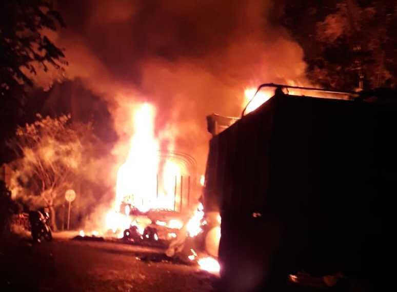 Vehículos incinerados en la Troncal a la Costa.
