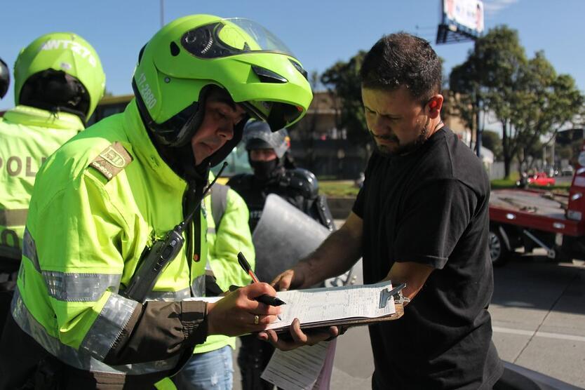 Policía de Tránsito impartiendo un comparendo
