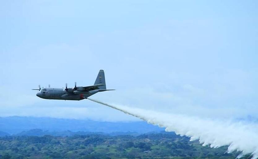 Aeronaves descargan agua y líquido retardante para controlar las conflagraciones