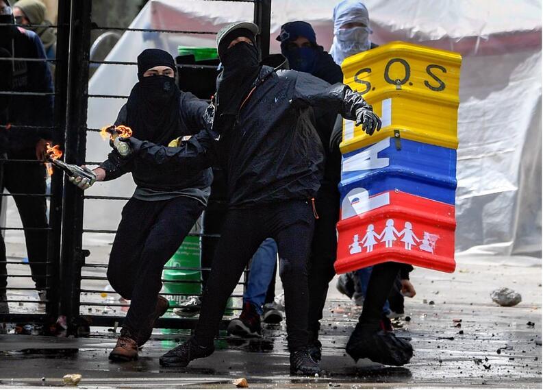 Encapuchados han protagonizado actos vandálicos durante las marchas estudiantiles.