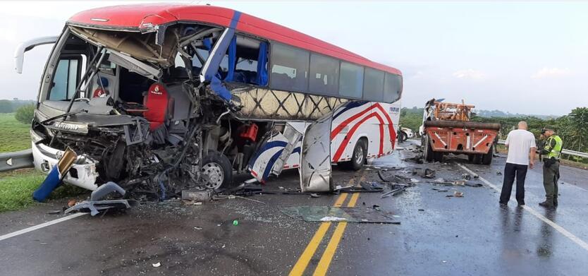En el lugar falleció el conductor del tractocamión.