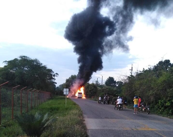 Vehículos incinerados en Arauca.
