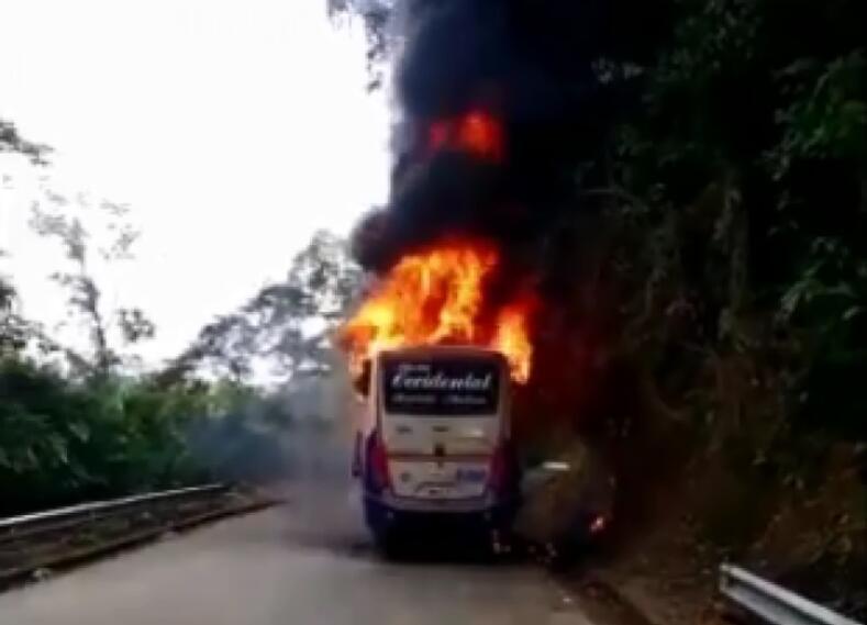 Bus quemado entre Chocó y Risaralda
