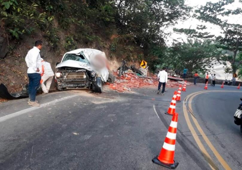 Un camión embistió a una buseta tipo vans en la vía Bucaramanga - Barrancabermeja..