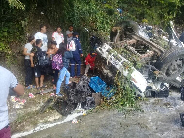 El furgón terminó volcado sobre la vía a pocos kilómetros del peaje del Mango