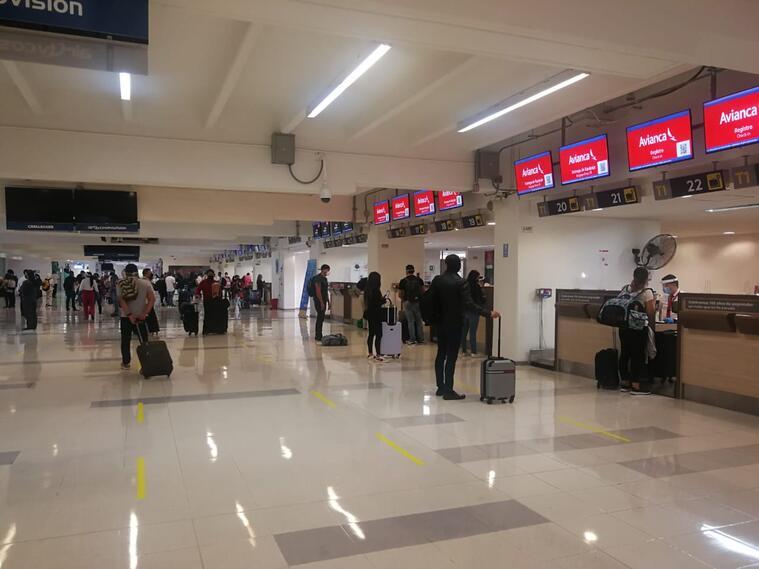 Primeros pasajeros tras reapertura de los vuelos comerciales