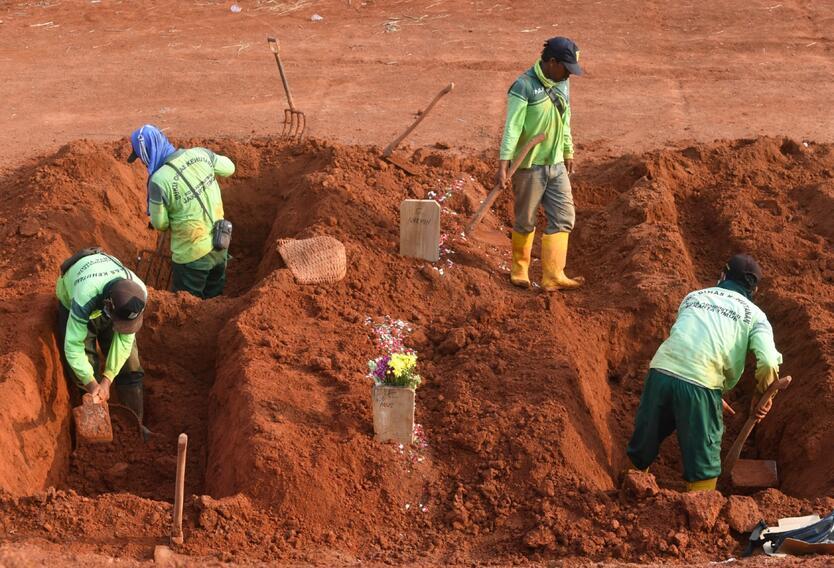 Tumbas para muertos por coronavirus en Indonesia