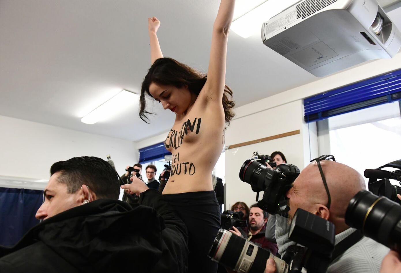 Mujer desnuda interrumpe a Berlusconi