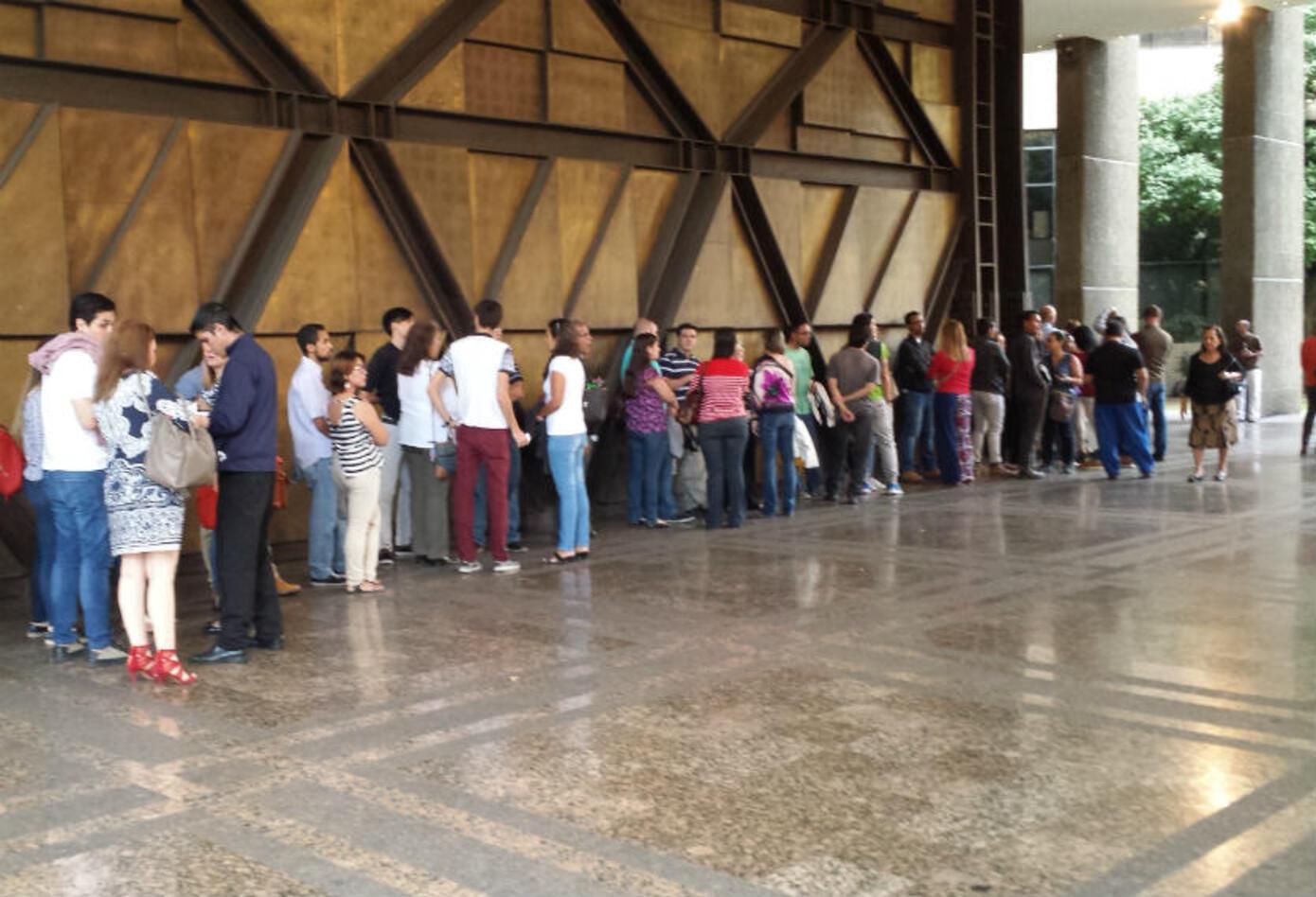 Largas filas se forman en uno de los espacios culturales de Caracas