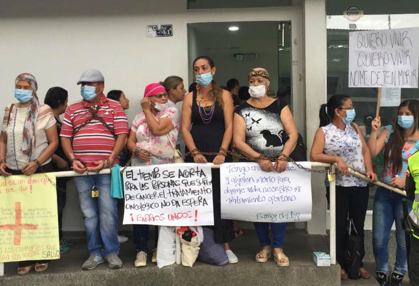 Mujeres con cáncer encadenadas a las afueras de hospital en Cartago