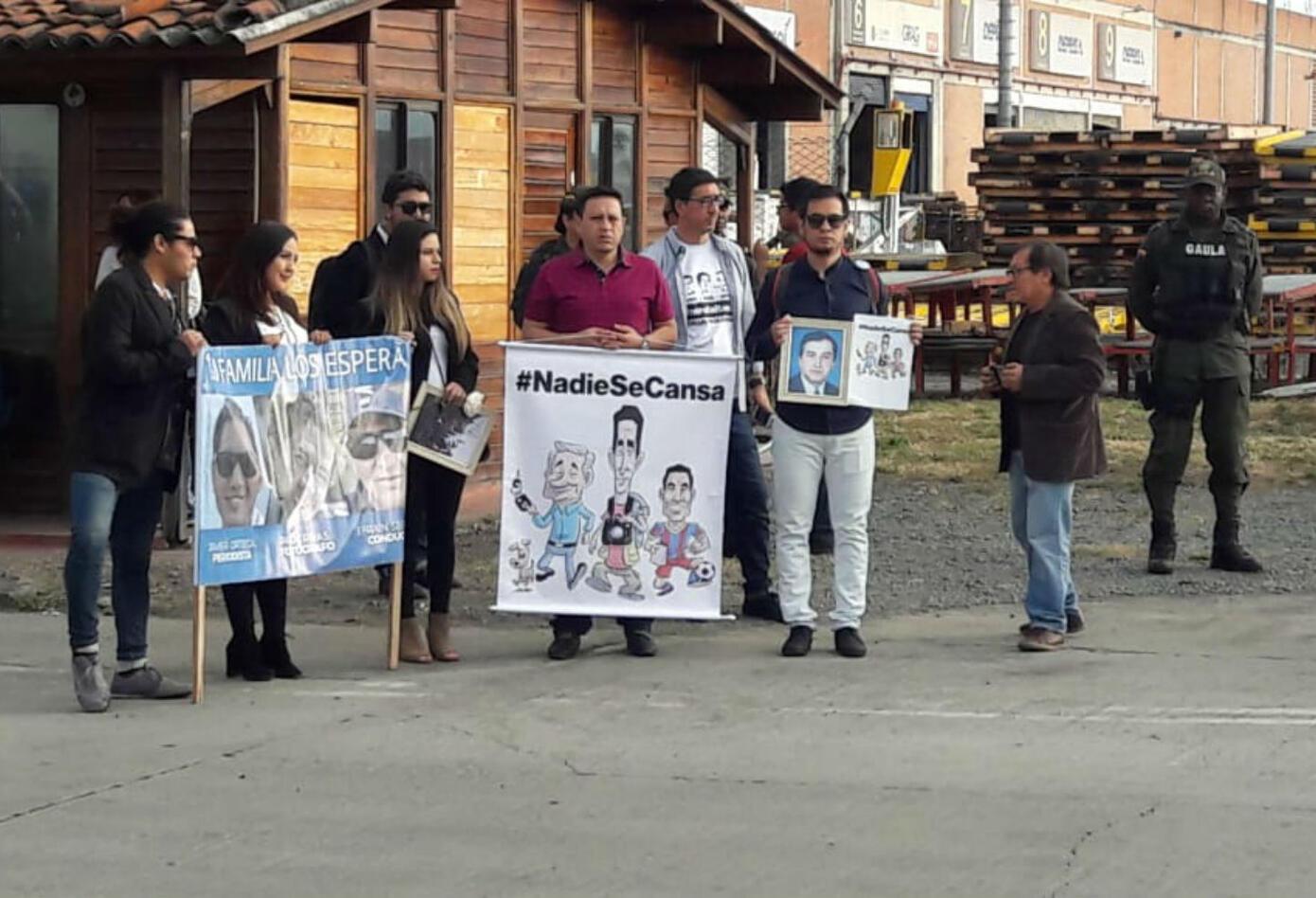 Familiares de periodistas ecuatorianos en el aeropuerto Alfonso Bonilla Aragón