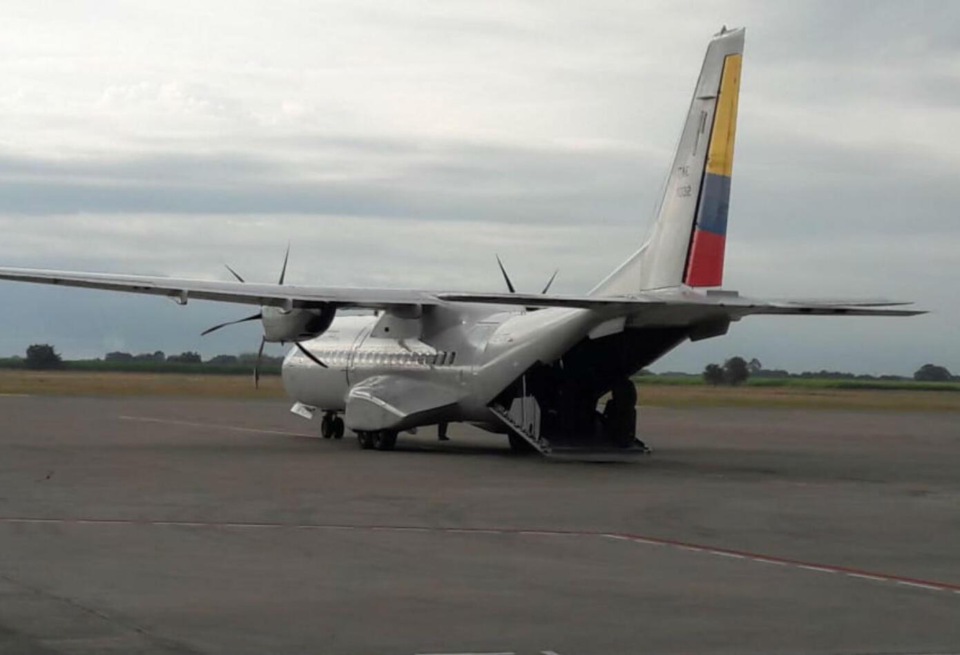 Avión que trasladó cuerpos de periodistas ecuatorianos a su país
