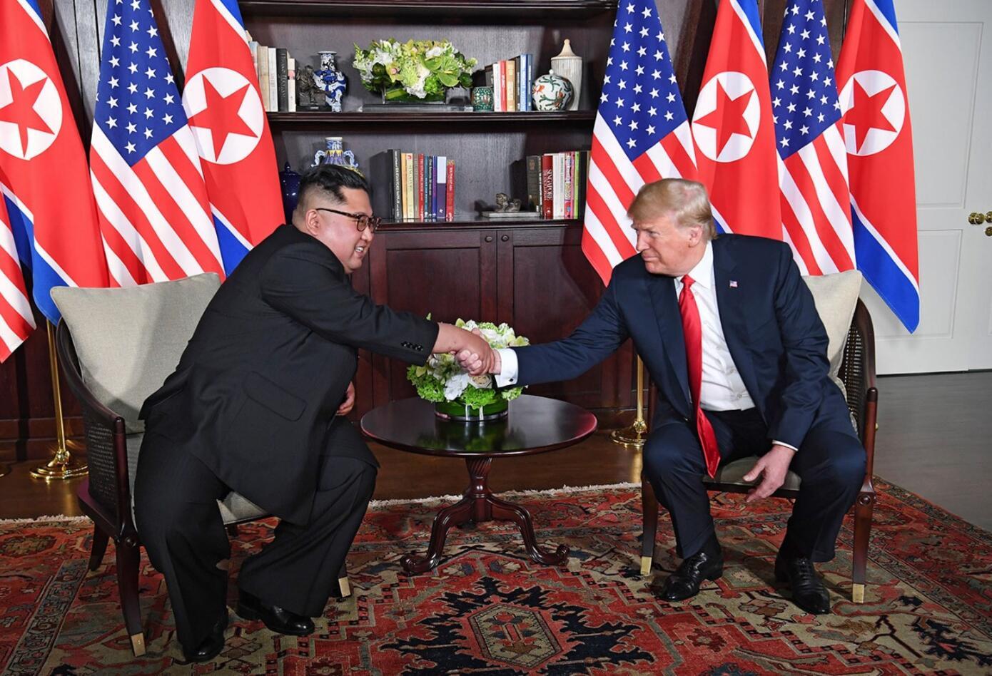 Trump y Kim tras el histórico apretón de manos en Singapur.