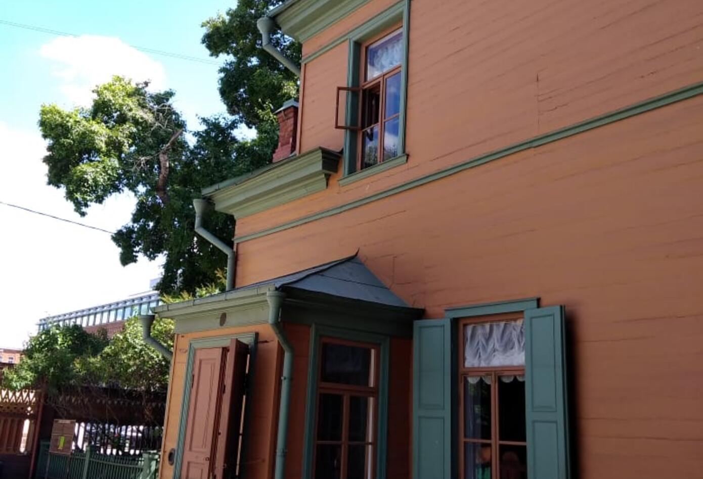 Costado de la casa de Tolstoi, en Rusia.